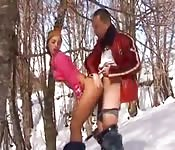 Une beurette fait du ski de fond