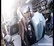 Vieux mécanicien veut vidanger sa queue