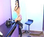 Une brune aux gros seins au téléphone