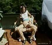 Teen coquine enculée dans le jardin