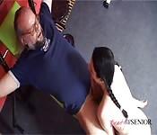 Un vieil homme s'entiche d'une petite princesse