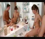 Une sœur prise dans la salle de bain
