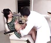 Asiatique sexy touchée alors qu'elle dort