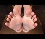 Japonaise taquine avec ses beaux pieds