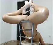 Belle brune taquine sur une chaise