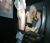 Blonde mature s'offre un trio improvisé au cinéma porno