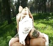 BBW tatouée se prend une bite dans la forêt