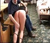 Une petite vilaine se fait fouetter le cul par son papa