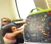 De jeunes lesbiennes dans un bus